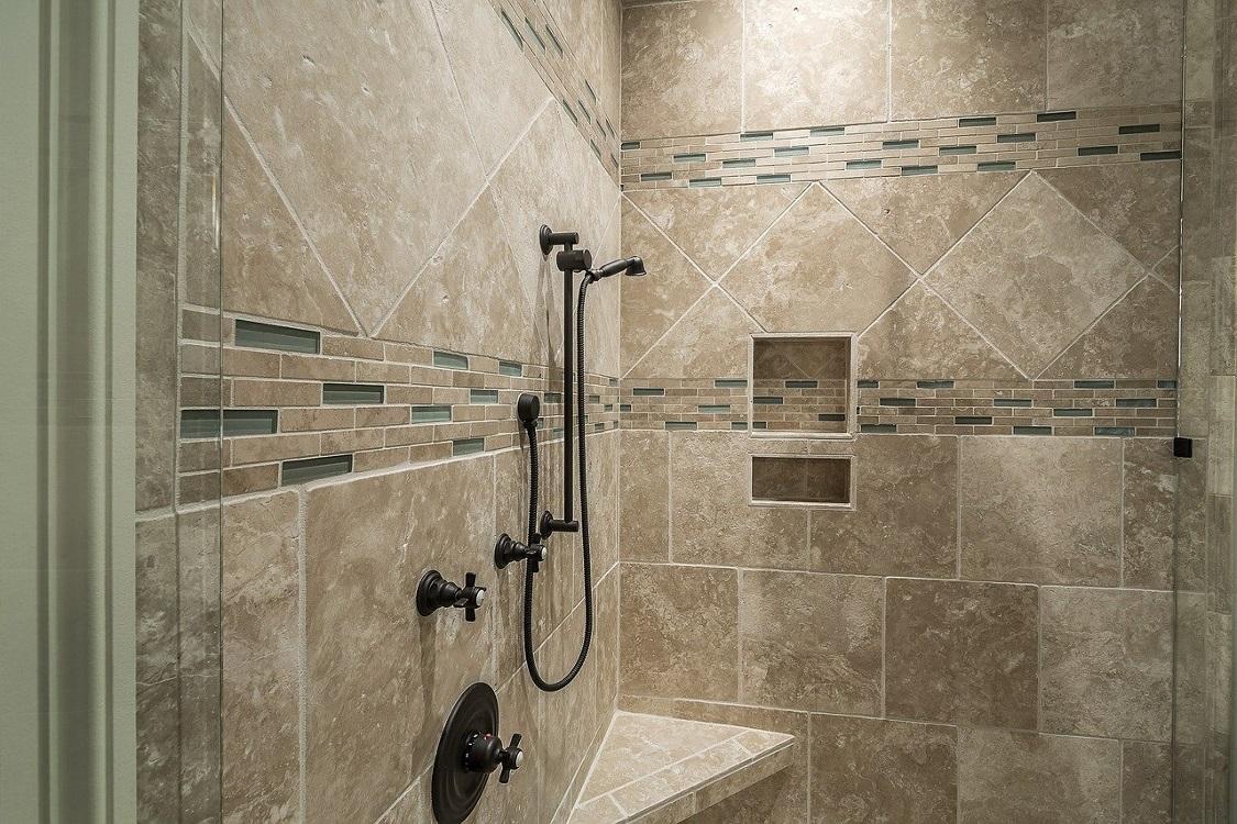 Non, l'Etat ne vous obligera pas à avoir une douche à l'italienne dans votre logement neuf